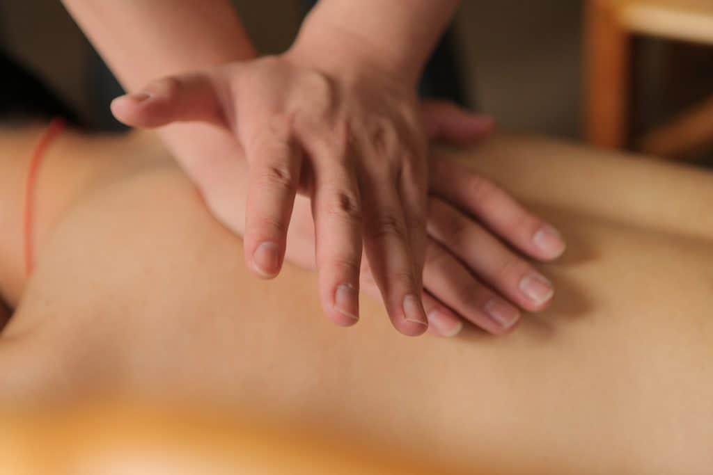 Spiele mit Druck, Bewegungen und der Form deiner Hände.